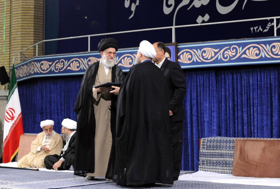 El líder supremo iraní Ali Khamenei (I) felicita oficialmente a Hassan Rouhani, quien fue reelegido en las elecciones presidenciales de mayo de 2017, durante una ceremonia en Teherán, Irán el 3 de agosto de 2017 [Oficina de Prensa del Líder iraní / Agencia Anadolu]