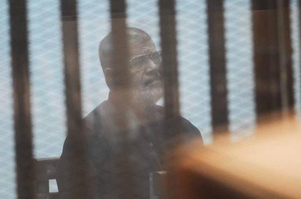 El ex presidente egipcio Mohamed Morsi y otros 21 acusados asisten a una sesión judicia en la Academia de Policía de El Cairo, en El Cairo, Egipto, el 6 de agosto de 2017 [Mostafa El-Shemy / Agencia Anadolu]