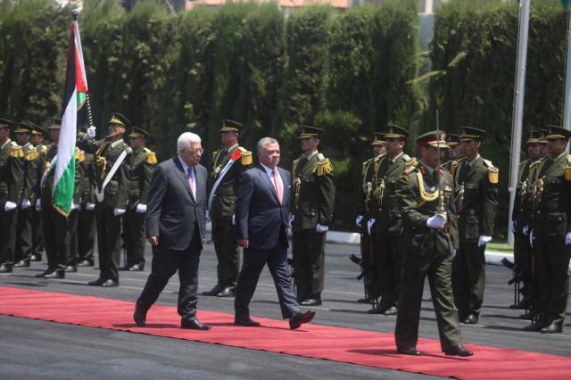 El Presidente de la Autoridad Palestina, Mahmoud Abbas recibe al Rey Abdullah II bin al-Hussein de Jordania en una ceremonia oficial en el Edificio de la Presidencia en Ramala, Cisjordania el 7 de agosto de 2017 [Issam Rimawi / Agencia Anadolu]