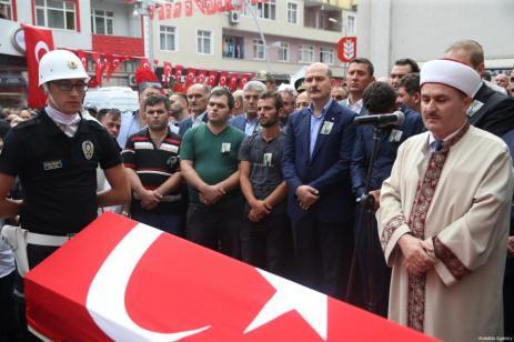 El ministro del Interior turco, Suleyman Soylu, asiste al funeral de Eren Bulbul, de 15 años, asesinado por el PKK, en la provincia de Trabzon de Macka, el 12 de agosto de 2017 [Hakan Burak Altunöz / Agencia Anadolu]