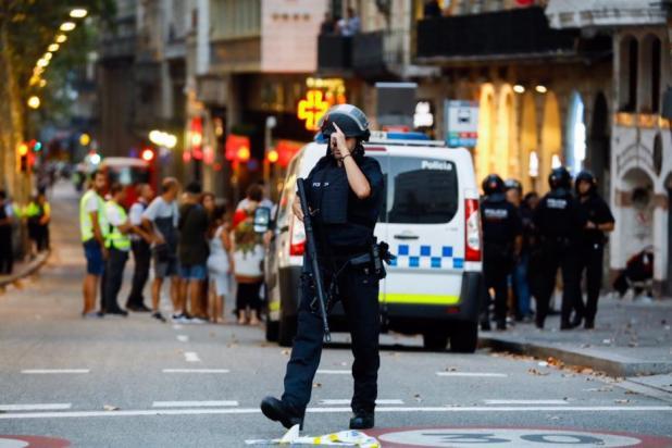 Los agentes de policía toman medidas de seguridad en la zona después de que una furgoneta arrollara a la multitud, hiriendo a varias personas en Barcelona, España, el 17 de agosto de 2017 [Gorka Leiza / Agencia Anadolu]