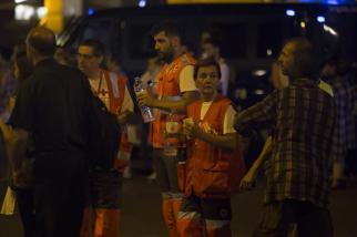 Los paramédicos llegan a la escena tras el atropello de la furgoneta a la multitud, hiriendo a varias personas en Barcelona, España el 17 de agosto de 2017 [Albert Llop / Agencia Anadolu]