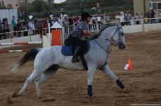 Concursante jitenes palestinos montan sus caballos y participan en la carrera de obstáculos durante el campeonato en Gaza, 4 de agosto [ Mohammed Asad / Monitor de Oriente]