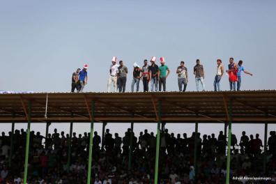 GAZA - Los aficionados del club de fútbol Shabab Rafah observan la primera vuelta de la final de la Copa Palestina entre Shabab Rafah y el club de fútbol Ahmed al-Khalil de Hebrón en el estadio Yarmouk de la ciudad de Gaza