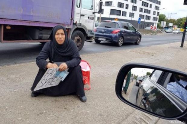 Imagen de una refugiada siria mendigando en Saint-Denis, Francia [Middle East Monitor]