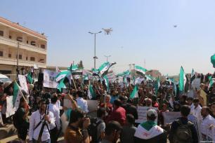 Opositores sirios se manifiestan en apoyo de las tropas turcas desplegadas en Idlib y contra el régimen de Al-Assad, el 14 de octubre de 2017 [Abdurrazzak Şekirdy / Anadolu Agency]