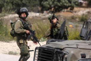 Las fuerzas de seguridad israelíes apuntan con sus armas a palestinos tras los enfrentamientos entre las fuerzas israelíes y los palestinos, 6 de octubre de 2017 [Issam Rimawi / Agencia Anadolu]