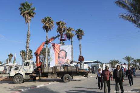 Funcionarios de la Autoridad Palestina tomando el control de los cruces de Gaza [Mohammed Asad / Middle East Monitor]