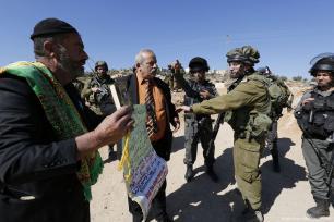 Hombres palestinos gritan durante una protesta contra el cierre de una carretera