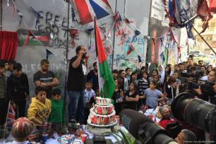 El artista callejero británico, Banksy presentó una nueva obra de arte, organizó una fiesta de té para los palestinos, para conmemorar los 100 años de la proclamación de la Declaración Balfour, 1 de noviembre de 2017 [Krishnan Guru-Murthy / Twitter]