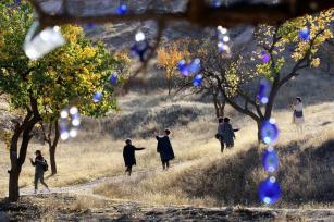 NEVSEHIR, TURQUÍA - Los turistas toman fotos en la región histórica de Cappadocia.