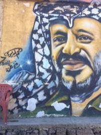 Una pintura de Yasser Arafat en una pared en Rashidieh, el mayor campo de refugiados palestinos en Tiro, Líbano