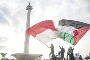 Manifestantes agitan banderas palestinas e indonesias en la manifestación para apoyar a Palestina en el Monumento Nacional en Yakarta, Indonesia, 17 de diciembre de 2017 [Agencia Nani Afrida / Anadolu]