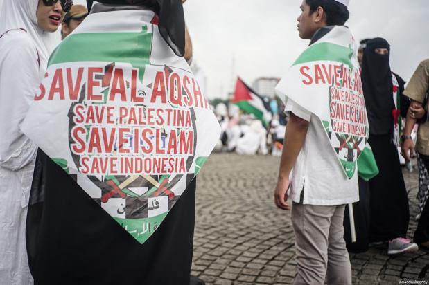 Miles de personas se manifiestan para apoyar a Palestina en el Monumento Nacional en Yakarta, Indonesia, 17 de diciembre de 2017 [Anton Raharjo / Agencia Anadolu]