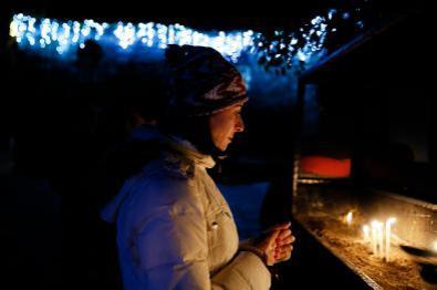 La gente celebra Nochebuena, que marca el nacimiento de Jesucristo, en la Casa de la Virgen María en el distrito de Selcuk de Izmir, Turquía, 25 de diciembre de 2017 [Agencia Evren Atalay / Anadolu]