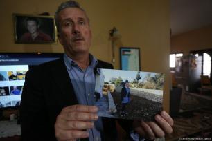 El padre de Tamimi muestra una foto de su hija con su uniforme escolar [İssam Rimawi / Agencia Anadolu]