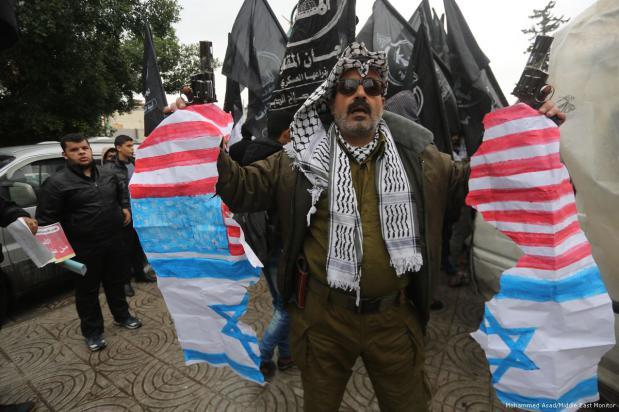 Un grupo de palestinos se manifiesta en contra de la decisión de Trump de trasladar la embajada de EE. UU. de Tel Aviv a Jerusalén, 6 de diciembre de 2017 [Mohammed Asad / Middle East Monitor]