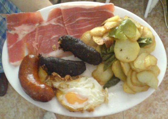 Plato alpujarreño, el ingrediente principal son alimentos derivados del cerdo.