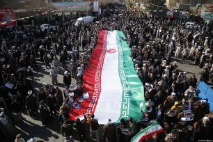 Iraníes participan en una manifestación organizada por el estado contra las protestas antigubernamentales en el país, en Qom, Irán, 3 de enero de 2017 [Stringer / Anadolu Agency]