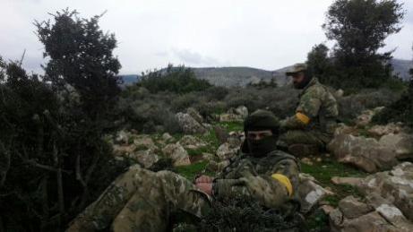 Miembros del Ejército Libre Sirio (ELS) respaldados por militares turcos en una aldea de Afrín, Siria, 21 de enero de 2018 [Bekir El Kasım / Agencia Anadolu]