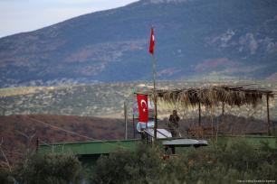 Personas cuelgan banderas turcas en Hatay, Turquía, 19 de enero de 2018 [Agencia Cem Genco / Anadolu]