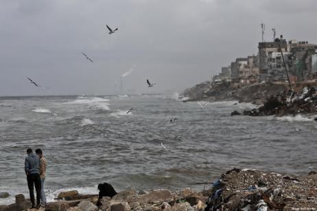 Gazatíes en la costa de Gaza tras un día de lluvia, 17 de febrero de 2018 [Mohammed Asad / Middle East Monitor]