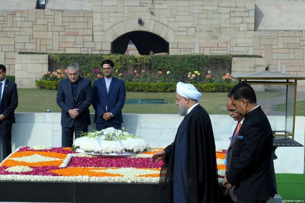 El presidente iraní Hassan Rouhani esparce pétalos sobre el mausoleo de Mahatma Gandhi, que fue el líder del movimiento independentista indio, en Nueva Delhi, India, 17 de febrero de 2018 [Presidencia iraní / Handout / Agencia Anadolu]