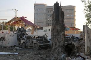 Vehículos destruidos tras los ataques perpetrados cerca del edificio de la Agencia Nacional de Inteligencia y Seguridad de Somalia (NISA) en Mogadiscio, Somalia, 24 de febrero de 2018 [Agencia Sadak Mohamed / Anadolu].