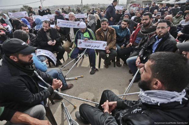 Palestinos, especialmente ancianos, enfermos y discapacitados, se unen para protestar por la crisis humanitaria por la que está pasando Gaza, y piden ayuda internacional [Mohammed Asad / Middle East Monitor]