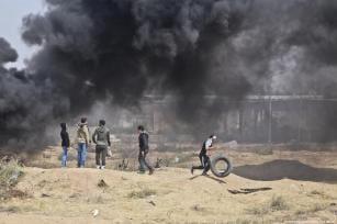 Manifestantes en la frontera de Gaza e Israel vistos en el tercer viernes consecutivo como parte de la 'Gran Marcha del Retorno', el 13 de abril de 2018 [Monitor de Mohammad Asad / Medio Oriente]