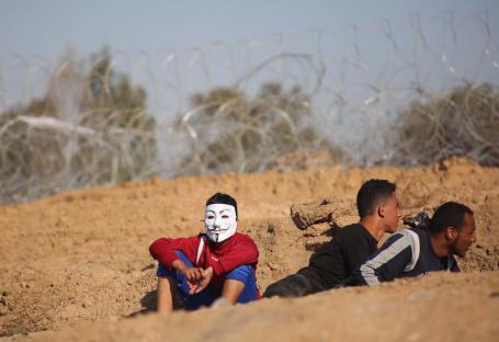 """Jóvenes concentrados con motivo de la """"Marcha del Retorno"""", en la que los palestinos exigen su derecho al retorno y la eliminación del bloqueo israelí, Gaza, 1 de abril, 2018 (Hassan Jedi - Agencia Anadolu)"""