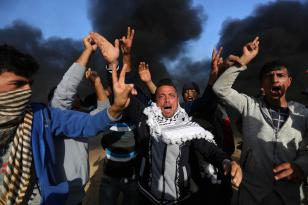 """Palestinos gritan durante las manifestaciones del """"Día de la Tierra"""", que conmemora el asesinato de seis palestinos por las fuerzas israelíes en 1976, en Khan Yunis, Gaza, 1 de abril de 2018 (Ashraf Amra- Anadolu Agency)"""