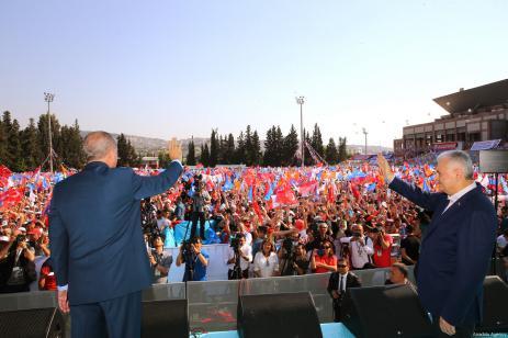 El presidente turco Recep Tayyip Erdogan y el primer ministro turco Binali Yildirim saludan a la multitud tras asistir al sexto congreso provincial ordinario del partido AK en la provincia occidental de Izmir, Turquía, 28 de abril de 2018 [Murat Kula / Agencia Anadolu]