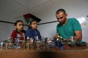 Majdi Abu Taqiyya, un hombre palestino de 38 años, hace objetos en miniatura, foto tomada el 25 de abril de 2018 en el campo de refugiados de An-Nasirat, en Gaza, Palestina [Ashraf Amra / Agencia Anadolu]