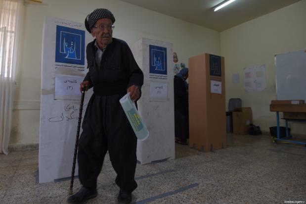 Un iraquí deposita su voto en una mesa de votación para las elecciones parlamentarias iraquíes en Sulaymaniyah, Iraq, 12 de mayo de 2018 [Feriq Fereç / Agencia Anadolu]