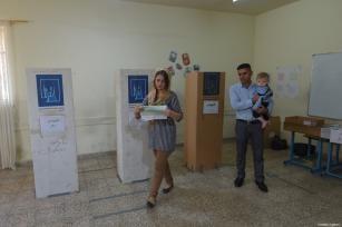 Iraquíes depositas sus votos en una mesa de votación para las elecciones parlamentarias iraquíes en Sulaymaniyah, Iraq, 12 de mayo de 2018 [Feriq Fereç / Agencia Anadolu]