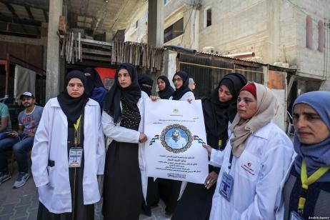 """Compañeras asisten al funeral de Razan Ashraf al-Najjar, 21 años, paramédica asesinada a tiros por las fuerzas israelíes mientras sanaba a los manifestantes heridos durante las protestas de """"Gran Marcha del Retorno"""" en Khan Yunis el viernes, en el barrio Huzaa de Khan Yunis, Gaza en junio 02, 2018 [Agencia Mustafa Hassona / Anadolu]"""