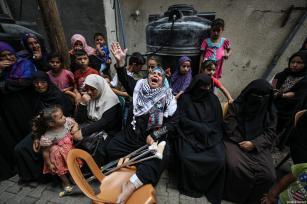 """Palestinos lloran durante el funeral de de Razan Ashraf al-Najjar, 21 años, una paramédica asesinada a tiros por las fuerzas israelíes mientras asistía a los manifestantes heridos durante las protestas de """"Gran Marcha del Retorno"""" el viernes, en el barrio de Huzaa de Jan Yunis, Gaza, 2 de junio de 2018 [Agencia Mustafa Hassona / Anadolu]"""