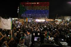 """Miles de drusos israelíes salieron a las calles para mostrar su rechazo ante la recién aprobada """"ley del Estado-nación judío"""" en Israel. La manifestación se desarrollo en la Plaza Rabin de Tel Aviv, el 4 de agosto de 2018 [Daniel Bar On / Anadolu Agency]"""