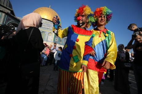Los niños asisten a un espectáculo de clowns en el primer día de las celebraciones del Eid al-Adha en el complejo de la mezquita de Al-Aqsa en Jerusalén, el 21 de agosto de 2018 [Mostafa Alkharouf/AnadoluAgency]
