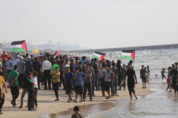 Palestinos saludan al barco de la Flotilla en Gaza, 11 de agosto de 2018 [Monitor Muhammed Asad / Oriente Medio]