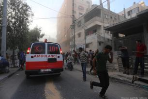 Ambulancias asisten a los palestinos heridos después de que las fuerzas de la colonización israelí bombardearan Gaza [Mohammed Asad / Middle East Monitor]