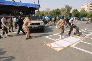Las fuerzas de seguridad iraníes toman medidas de seguridad después del atentado contra una marcha militar en la ciudad de Ahwaz, al suroeste de Irán, el 22 de septiembre de 2018. (Mehdi Pedramkhoo - Agencia Anadolu)