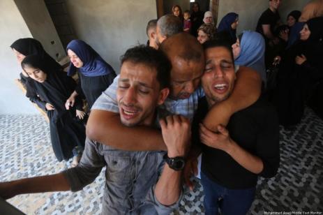 Funerales de Naji Jamil Abu Assi, de 18 años, y su primo Alaa Ziad Abu Assi, 21, en Khan Yunis, en el sur de la Franja de Gaza, el 19 de septiembre de 2018, después de que fueran asesinados por las fuerzas israelíes [Mohammed Asad / Middle East Monitor]