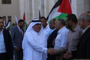 Funcionarios qataríes y palestinos participan en la ceremonia de apertura de un tribunal en Gaza el 16 de septiembre de 2018 [Mohammed Asad / Middle East Monitor]