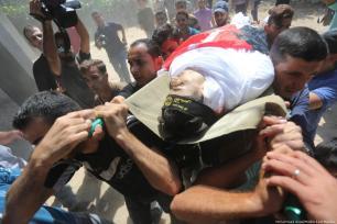 Familiares y amigos velan el cuerpo del joven asesinado por las fuerzas de seguridad israelí [Mohammed Asad/Middle East Monitor]