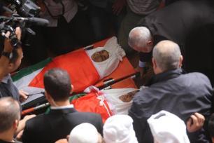 Khaled Bassam Mahmoud Abu Saeed, de 14 años; Abdul Hameed Mohammed Abdul Aziz Abu Zaher de 13; y Mohammed Ibrahim Abdullah Al-Sutari, de 13, son enterrados después de morir asesinados en un ataque israelí con un dron el 29 de octubre de 2018 [Mohammed Asad / Middle East Monitor]