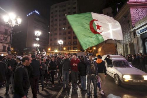"""Estudiantes de Argelia ante el parlamento: """"No habrá elecciones bajo…"""