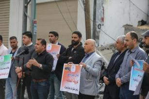 CIUDAD DE GAZA, GAZA - 5 DE MAYO: Los periodistas sostienen pancartas durante una manifestación para protestar por el ataque de Israel a la oficina de la Agencia Anadolu tras ser atacada por aviones de combate israelíes en Gaza 05, 2019, según informó el corresponsal de la Agencia Anadolu en Jerusalén. (Mustafa Hassona - Agencia Anadolu)
