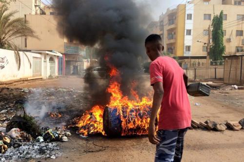 Los manifestantes en Sudán bloquean las carreteras de Jartum después…